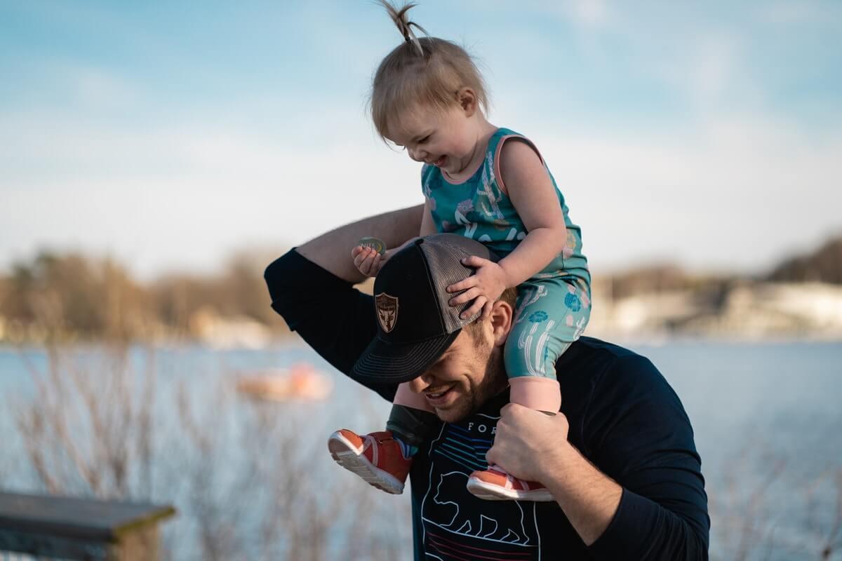 padre-porta-sulle-sue-spalle-sua-bambina