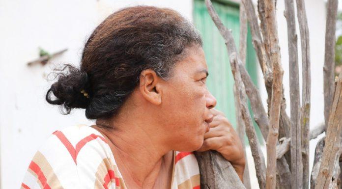 donna brasiliana pensierosa