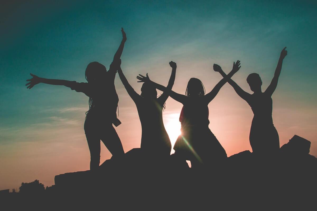 amici-che-festeggiano-al-tramonto