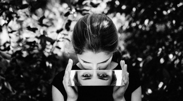 donna che si specchia