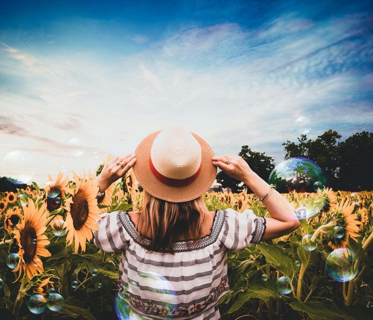 donna-in-un-campo-di-girasoli
