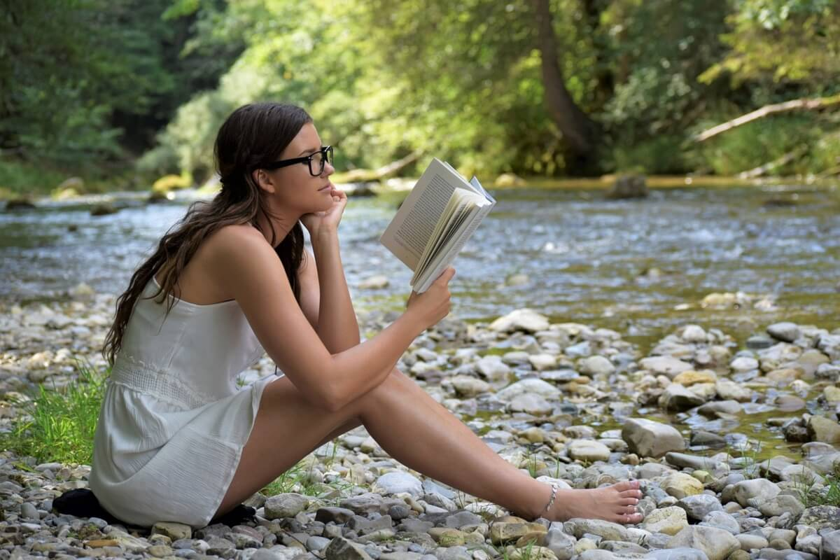 donna-con-gli-occhiali-legge-un-libro