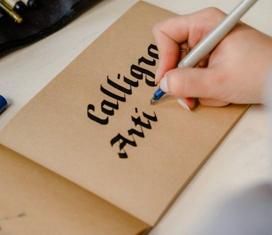 mano che si dedica alla cura della scrittura