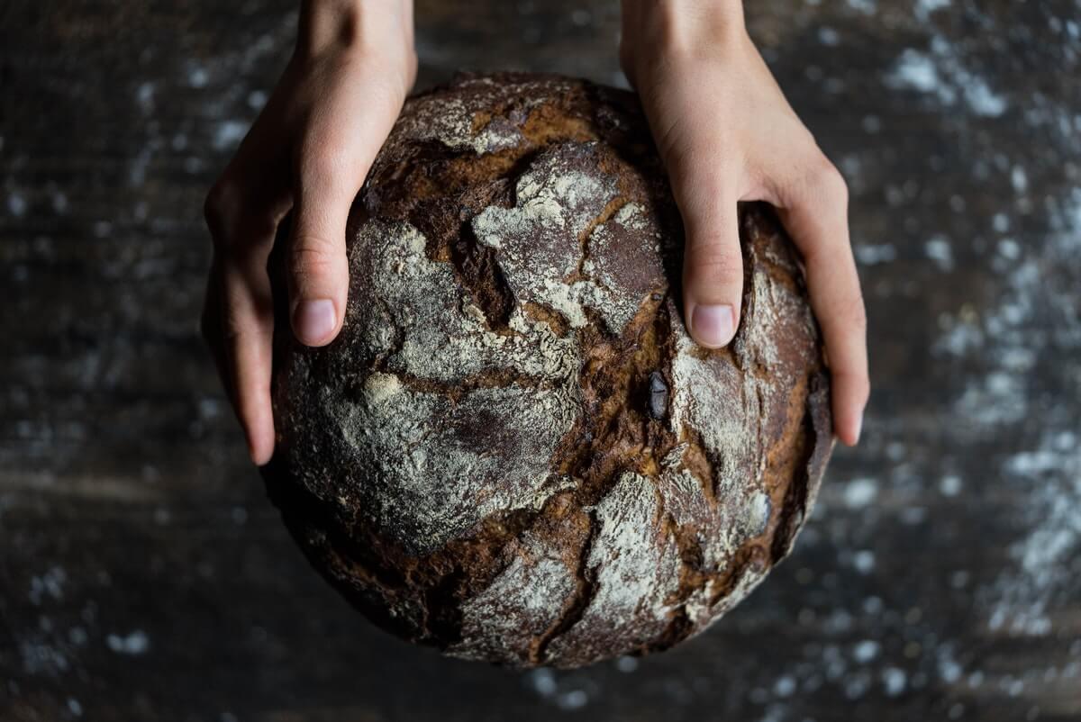 tenere-un-pane-tra-le-mani