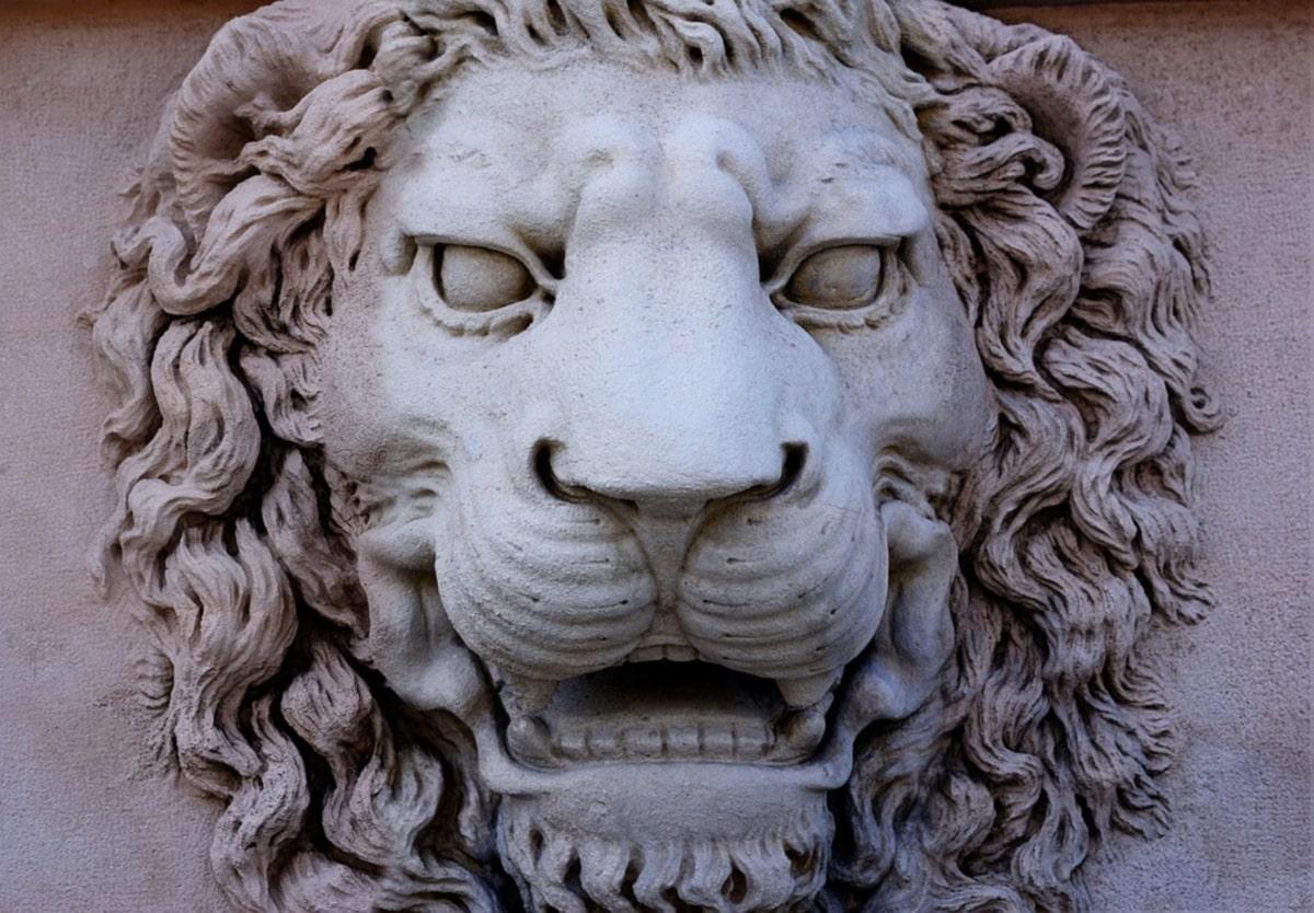 statua di marmo di un leone