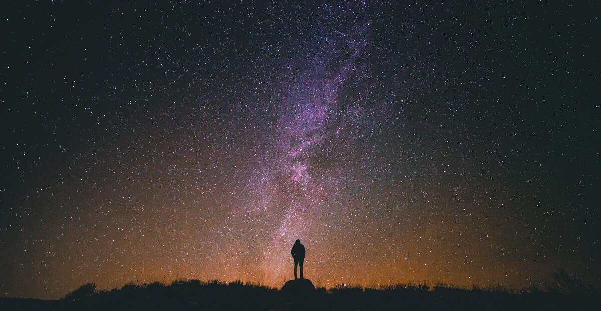 uomo-guarda-le-stelle