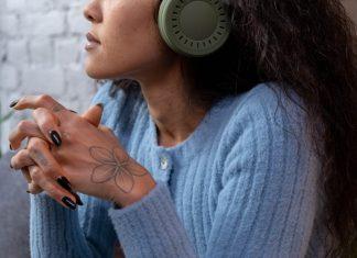donna che ascolta musica