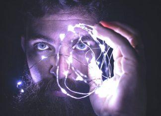 uomo con lampadine agli occhi