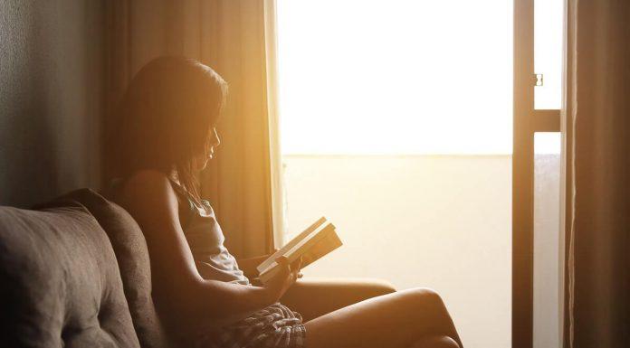 leggere-un-libro-vicino-a-finestra-con-la-luce