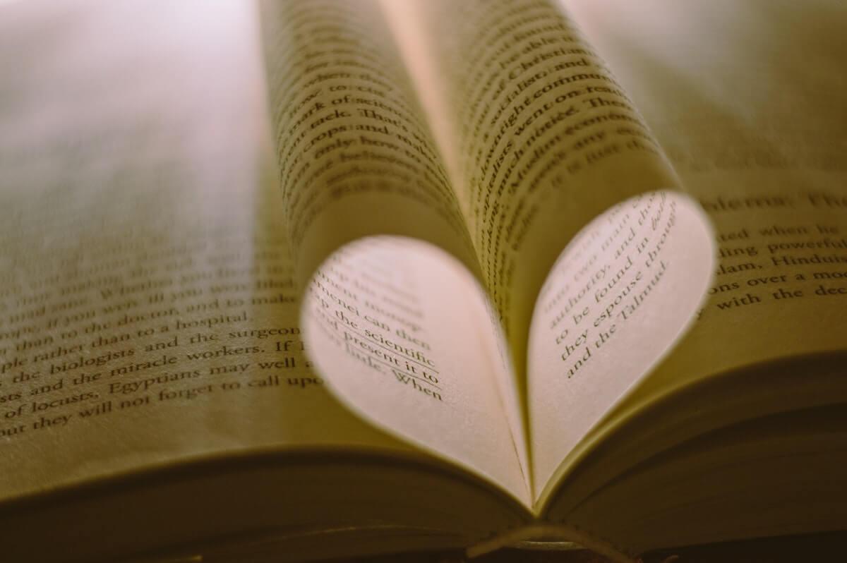 Alda-Merini-e-le-poesie-d'-amore-cuore-pieno-di-luce