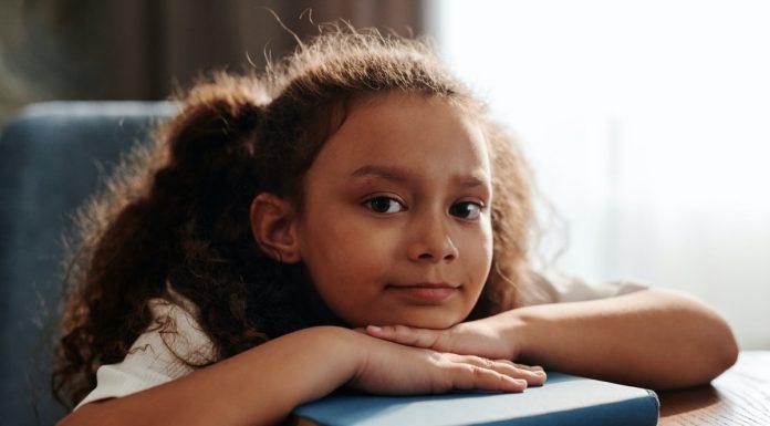 bambina appoggiata adl banco
