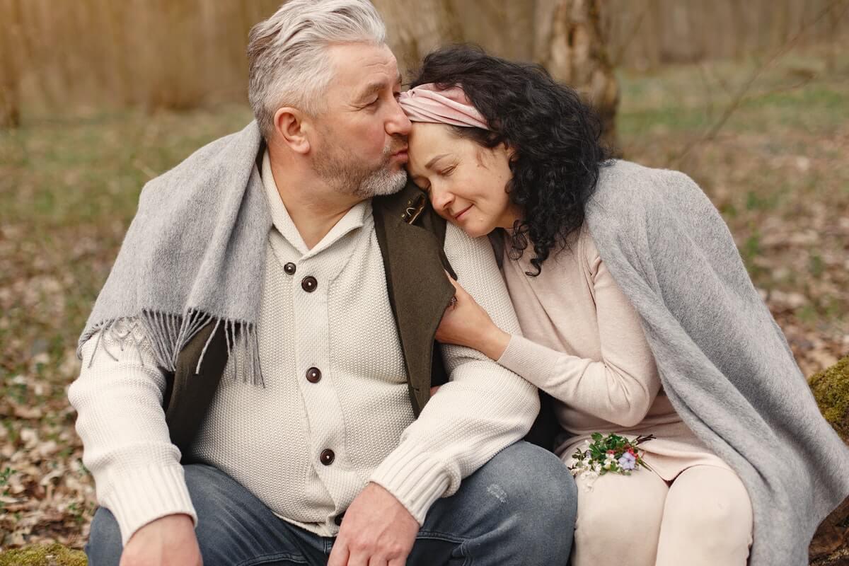 coppia-matura-bacio-sulla-fronte-tenerezza