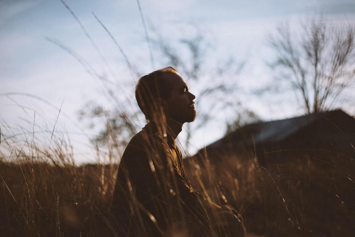 uomo-in-meditazione-in-natura