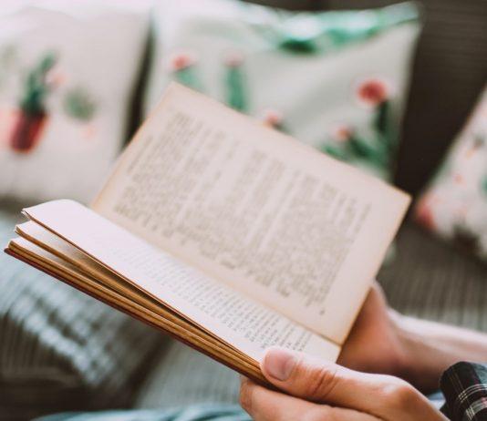 libro aperto tra le mani