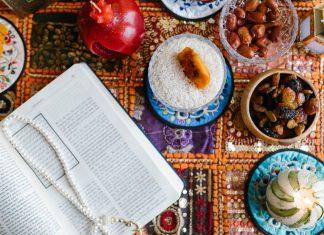 libro aperta su tavola con cibo