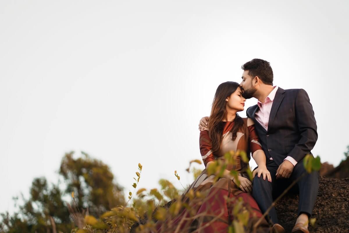 coppia-giovane-bacia-sulla-fronte