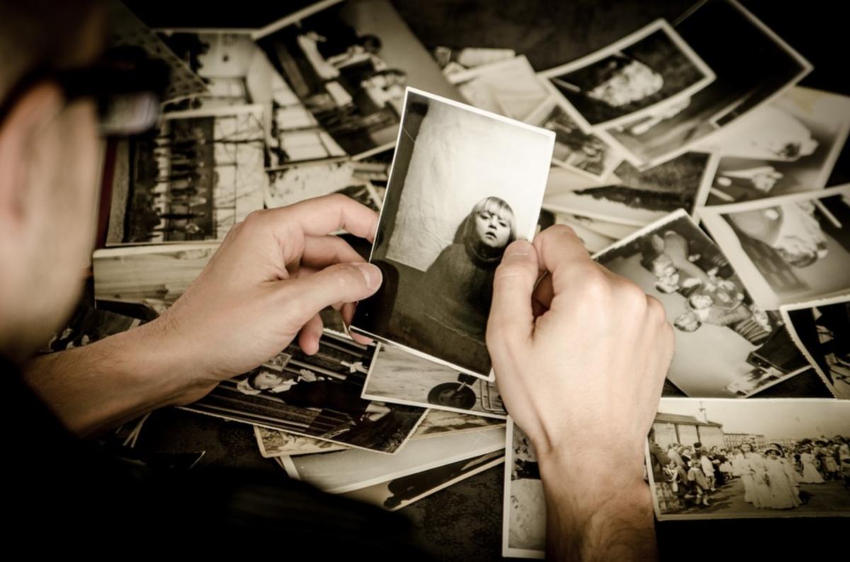 mano che sfoglia fotografie