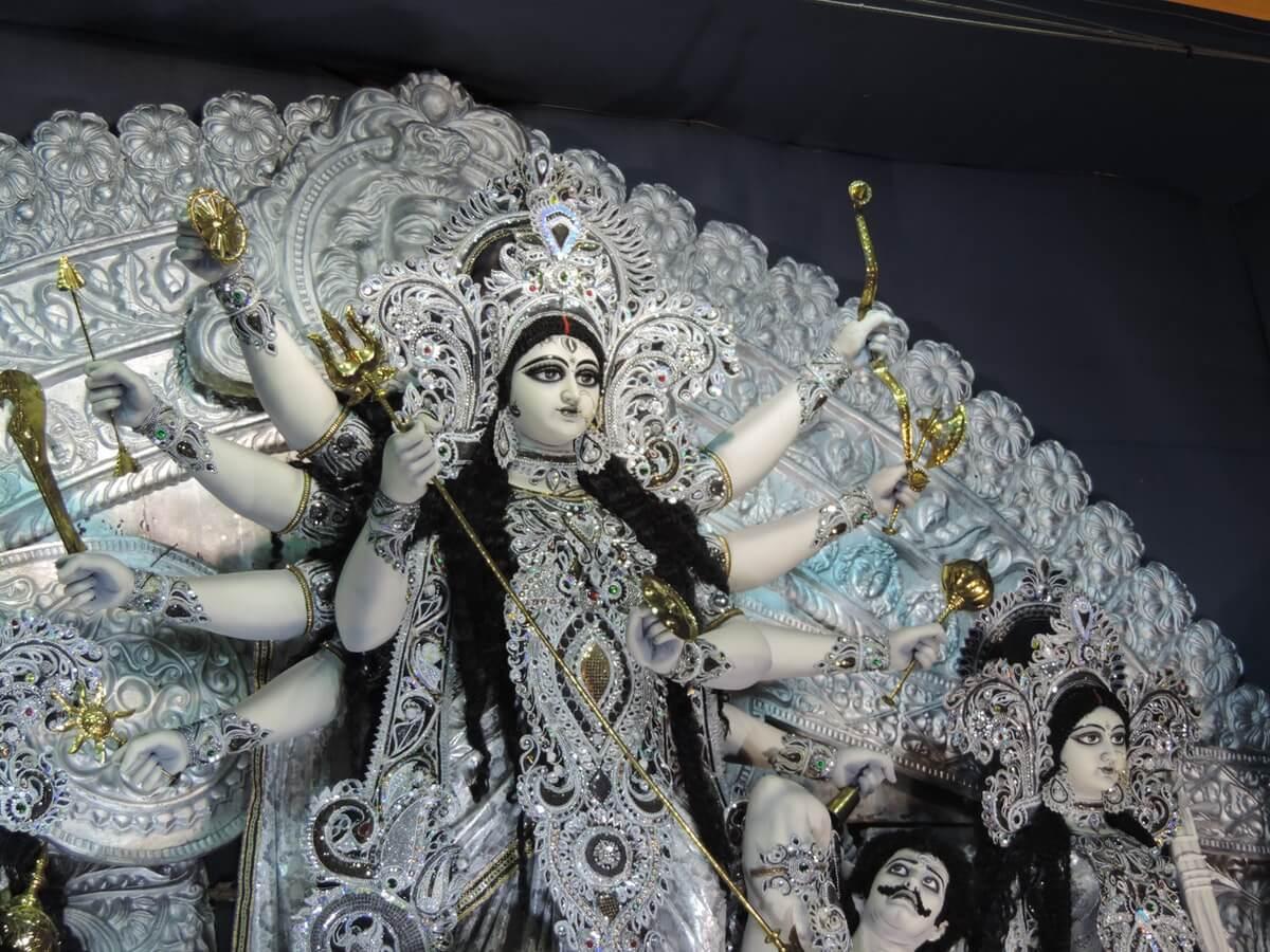 Navaratri-statua-di-duraga-puja-in-India