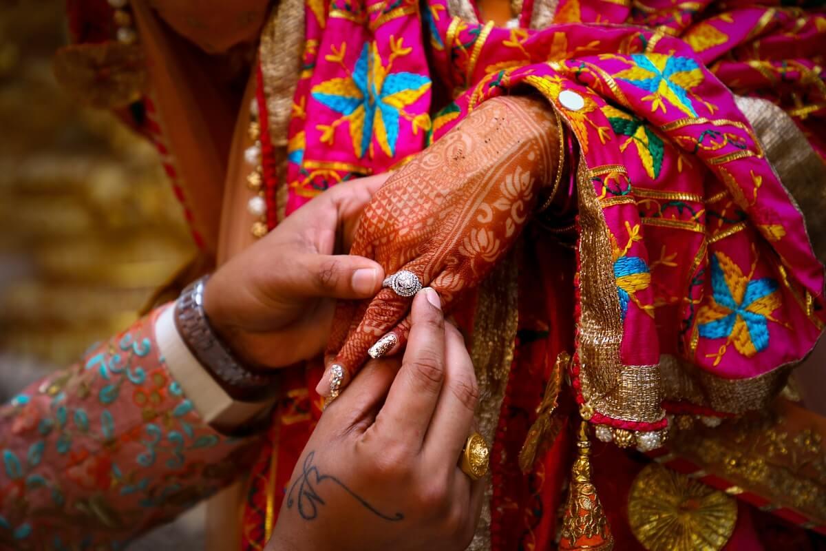 mano-di-una-donna-dipinta-con-henné
