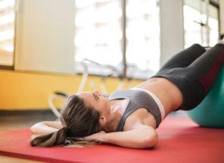 donna che pratica pilates